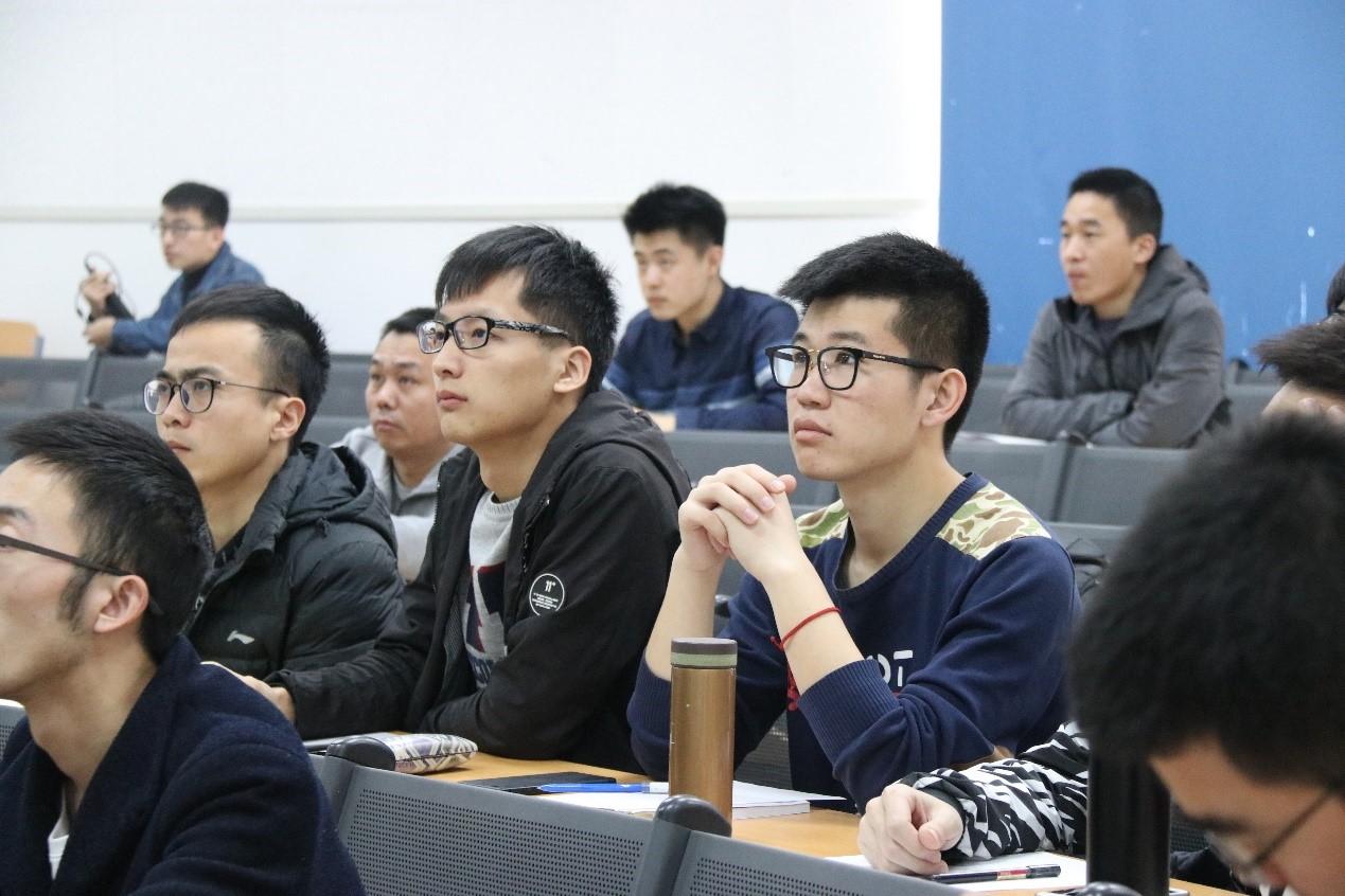 学生认真聆听讲座