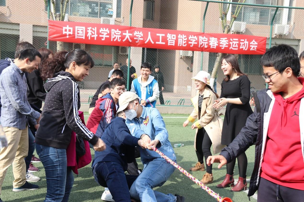 传统拔河比赛活动现场