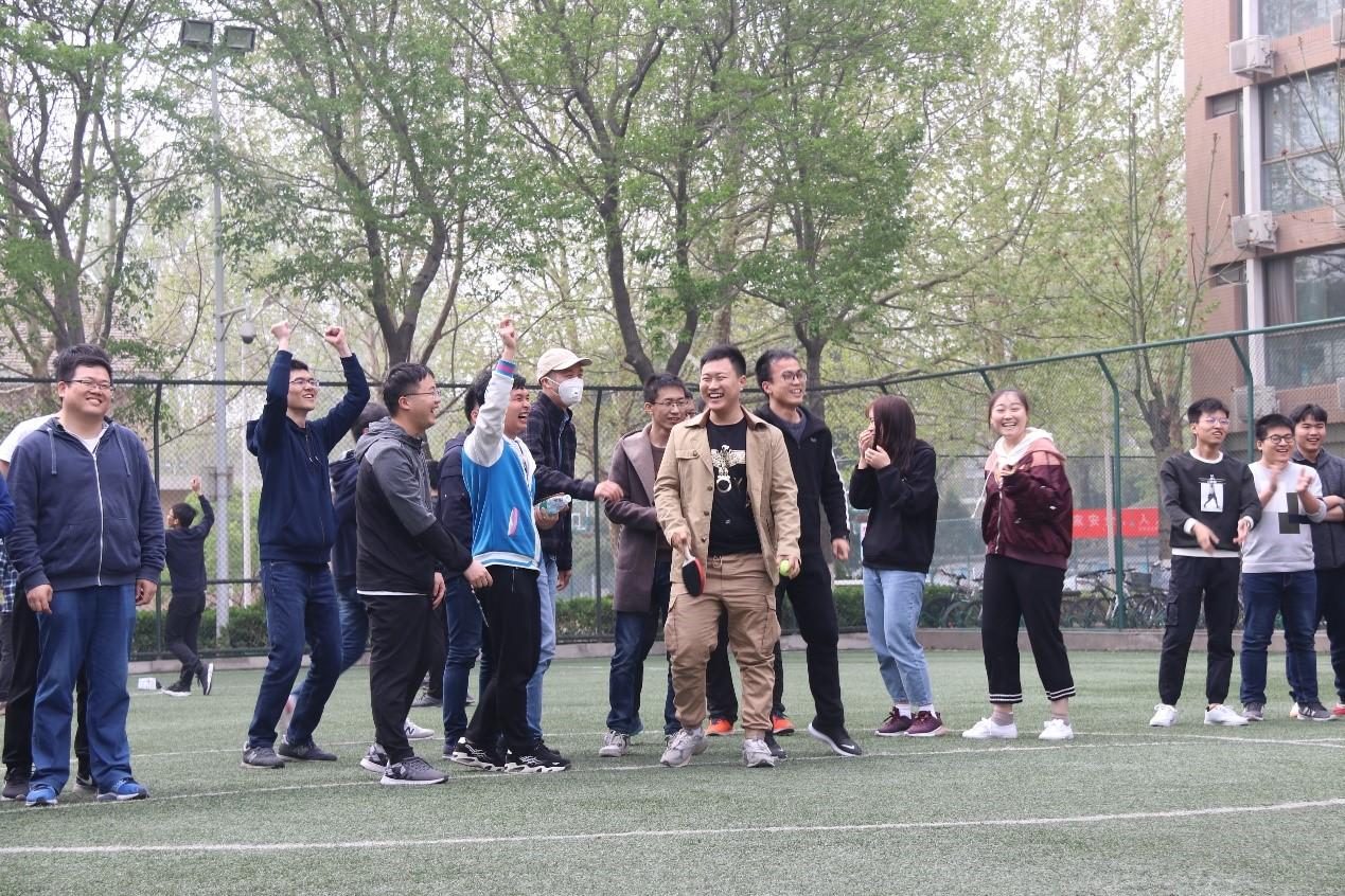 托球接力赛获胜队伍欢庆胜利